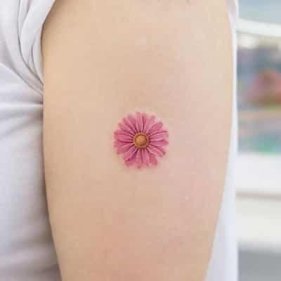 Không phải ai cũng biết ý nghĩa của hình xăm hoa cúc nhỏ này, đặc biệt vừa xinh lại dễ thương dễ tôn da
