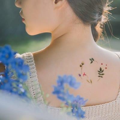Phong cách mạnh mẽ cho nàng thích hình xăm hoa sau gáy cho nữ
