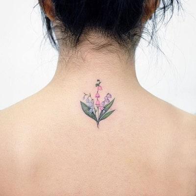 Ngọt ngào, nữ tính với kiểu hình xăm hoa lá sau lưng