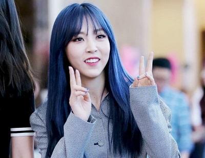 Wheein nổi bật với tóc nhuộm màu xanh dương đậm