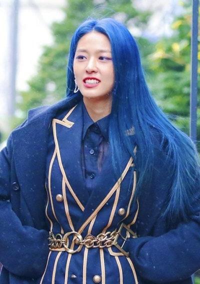 Seolhyun cũng đổi mái tóc sang xanh dương đậm đầy cá tính