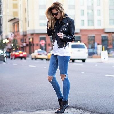 """Áo da đen và quần jeans là một bộ rất """"ăn"""" với nhau và luôn hợp trong mọi hoàn cảnh"""