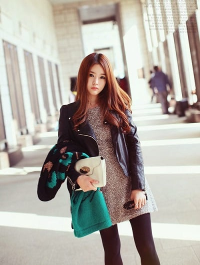 Mặc áo khoác da cùng váy sẽ giúp các bạn nữ vừa cá tính, vừa năng động