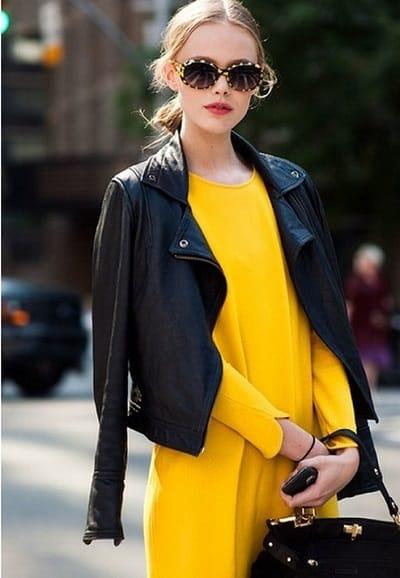 Dịu dàng và nổi bật với áo khoác da đèn cùng tông váy màu sáng