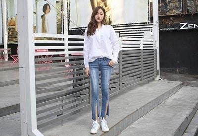Phối giày sneaker nữ với áo sơ mi và quần jeans