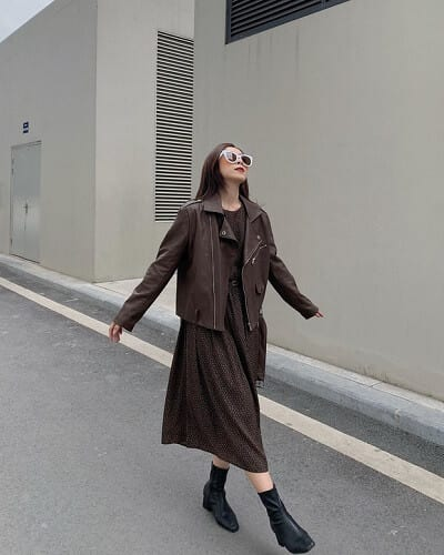 """Hình ảnh của một quý cô hiện đại nhưng không kém phần nữ tính được cô nàng @yu_.x thể hiện xuất sắc qua trang phục dạo phố """"nâu nguyên cây"""" từ biker jacket đến đầm dài."""