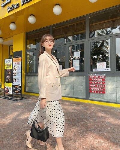 Nhung Gumiho @nhunggumiho cũng có style ăn diện khá tương đồng khi lăng xê blazer, chân váy dài, mang đến hình ảnh tiểu thư yểu điệu, trẻ trung.