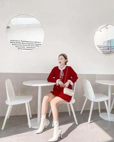 Một chiếc đầm đỏ viền ren trắng mix phụ kiện cùng tông hài hoà như cách mà cô bạn @nth.hanh chưng diện sau đây cũng là chiêu lên đồ hay ho trong dịp Tết giúp bạn nổi bật, sành điệu mọi ngày.