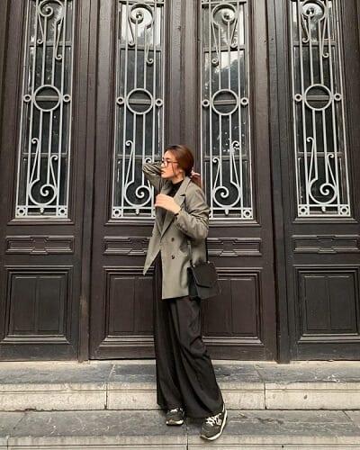Blazer và quần ống rộng luôn được nhiều tín đồ thời trang sủng ái nên cô bạn @bynellie đã có hẳn cây đồ street style cực xịn khi mix & match những item này theo tông đen/xám nhã nhặn.