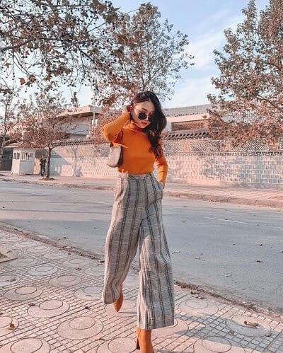 Nếu chưa nghĩ ra ý tưởng diện đồ đẹp Tết này thì Hạnh Trần @hanhchipp sẽ cho bạn gợi ý là áo thun ôm sáng màu và quần culottes kẻ ô.
