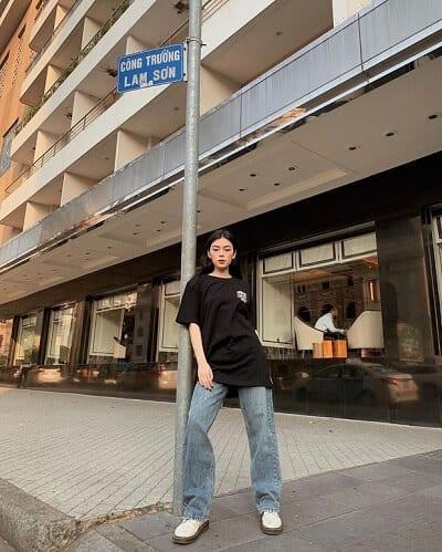Muốn thật đơn giản mà không bị chìm nghỉm giữa đám đông thì bạn rất nên học theo @huynnnhnhu phối áo phông oversized với quần jeans ống rộng, xỏ vào chân đôi giày thật hầm hố, để trông cool ngầu, ấn tượng hơn.