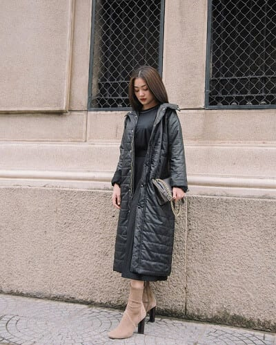 """Trong những ngày trời rét đậm, thì chiếc trench coat phao và boots da lộn sẽ là những item cần thiết để @ngawendyyy """"quẩy"""" đồ vừa ấm áp, vừa trendy."""