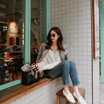 Khi kết hợp áo blazer với quần jeans, các quý cô công sở sẽ có phong cách trẻ trung và hiện đại hơn