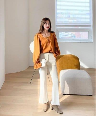 Để trông gọn gàng và thanh lịch hơn khi tới công sở, các nàng nên sơ vin áo blouse với quần ống loe
