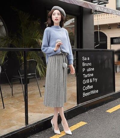 Chân váy xếp ly kết hợp với áo len