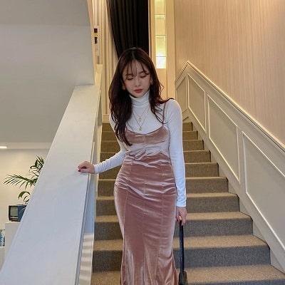 Đầm nhung hồng pastel hai dây mặc cùng áo thun tay dài