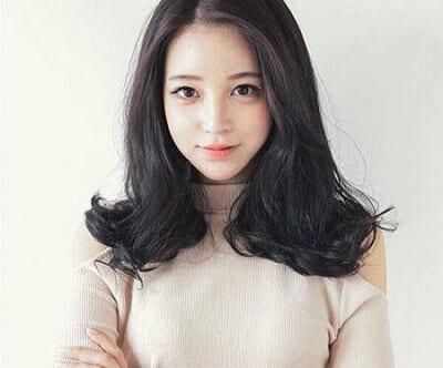 Mái tóc này phù hợp với nhiều dáng gương mặt khác nhau. Chúng mang lại cho bạn gái sự nhẹ nhàng, tinh tế nhưng cũng không kém phần trẻ trung và cá tính.