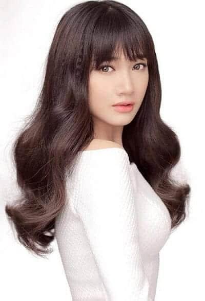 Nhã Phương trong mái tóc màu hạt dẻ bồng bềnh tóc lên vẻ quý phái, quyến rũ.