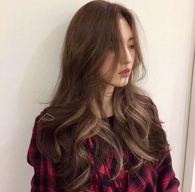 Theo các chuyên gia làm tóc, kiểu tóc mái dài này làm lộ xương gò má nhưng không khiến gương mặt của bạn trở nên mất cân đối mà ngược lại sẽ tạo điểm sáng cho tổng thể