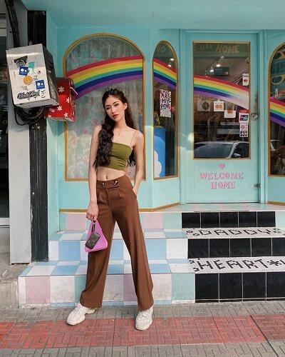 Áo croptop 2 dây phối với quần cạp cao tự tin xuống phố