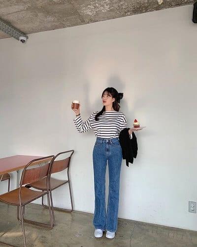 Nữ teen vẫn thường mặc những chiếc áo thun sọc ngang phối với quần cạp cao