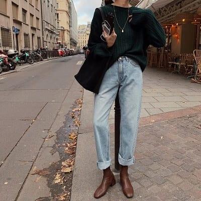 Xuống phố mà diện áo len oversize phối cùng quần jean cạp cao trông tự tin hơn