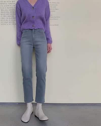 Áo len cổ v khá bắt mắt nếu mặc cùng quần cạp cao chất jean