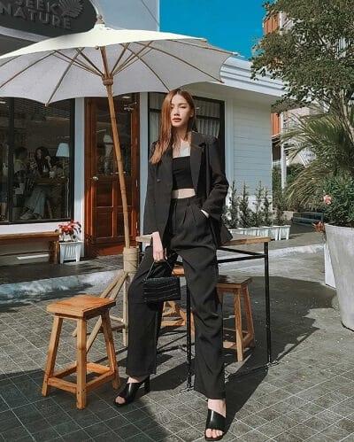 Nổi bật với áo blazer phối cùng quần cạp cao màu đen sành điệu