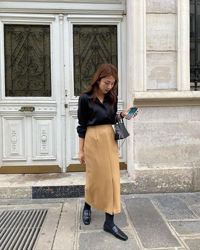 Sơ mi đen vẫn nổi bật với chân váy midi màu đất