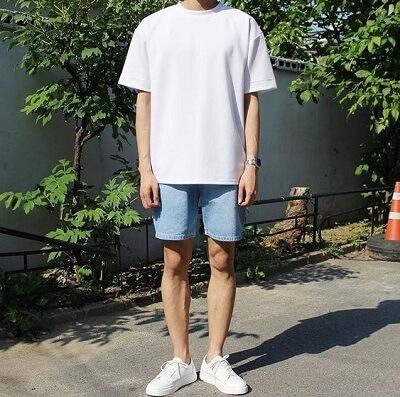 Áo thun trơn màu trắng kết hợp cùng quần short jeans