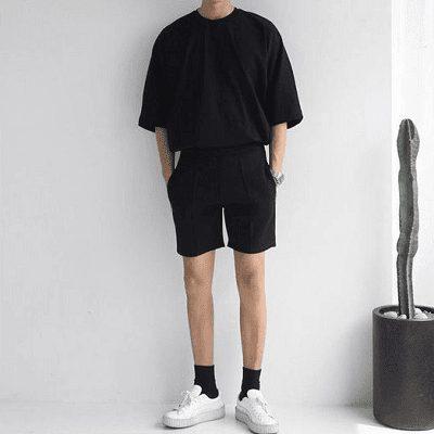 Áo thun trơn màu đen quen thuộc