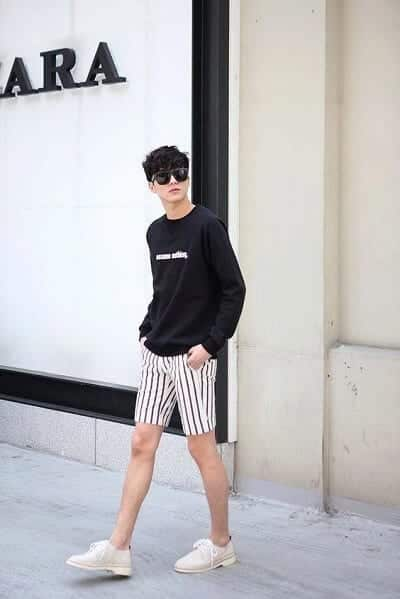 Áo thun in chữ kết hợp cùng quần short