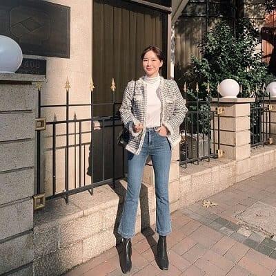 Các cô nàng có cặp đùi kém thon gọn chỉ nên mặc những chiếc quần jeans ống loe có thiết kế tối giản.