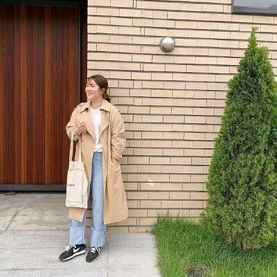 Kiểu quần jeans ống đứng còn đem đến sự trẻ trung, năng động cho các quý cô.