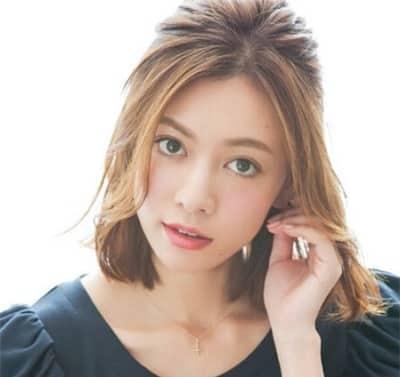 Buộc nửa đầu là kiểu tóc giúp khuôn mặt tròn thêm xinh xắn, thon gọn và thanh tú