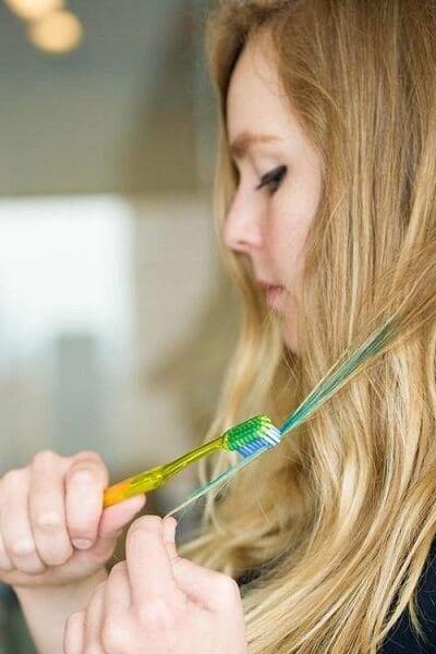 Bàn chải đánh răng sẽ giúp nhuộm tóc vô cùng hiệu quả.