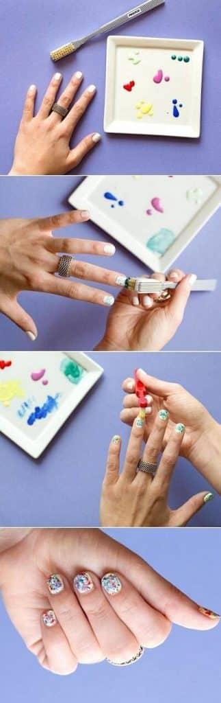 Ngoài ra chiếc bàn chải này có thể tạo nên những bộ móng xinh xắn khi bạn dùng nó để mix các màu sơn và chấm chúng vào móng tay.