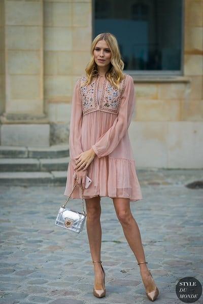 Đầm họa tiết hoa, đầm tay bồng màu be là lựa chọn đơn giản nhưng mang tính ứng dụng cho thời trang công sở.