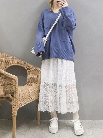 Mix áo len tay dài với chân váy ren trắng dáng suông