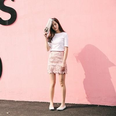 Diện áo phông trắng cổ tròn kèm chân váy ren ngắn hồng pastel vô cùng chanh sả cho cô nàng văn phòng