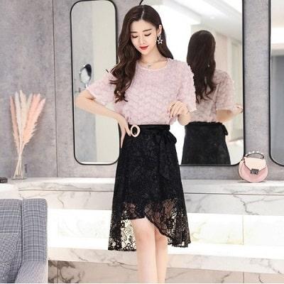 Mặc cả cây ren áo kiểu kèm chân váy xoè đen vô cùng xinh xắn khi dạo phố