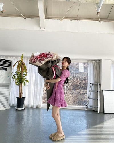 Váy ngắn đuôi cá tông hồng: Kiểu phối đồ hồng ngọt ngào đi chơi Valentine