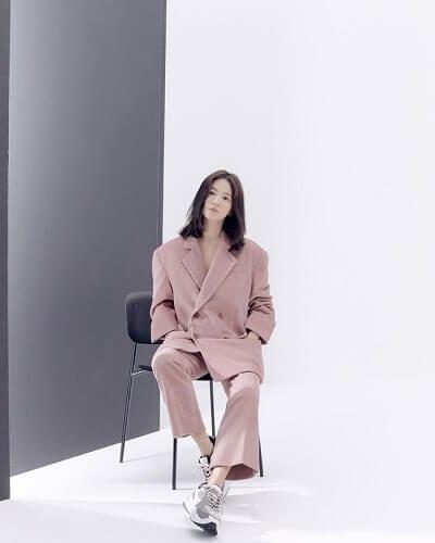 Suit hồng + Giày thể thao: Kiểu phối đồ hồng ngọt ngào đi chơi Valentine