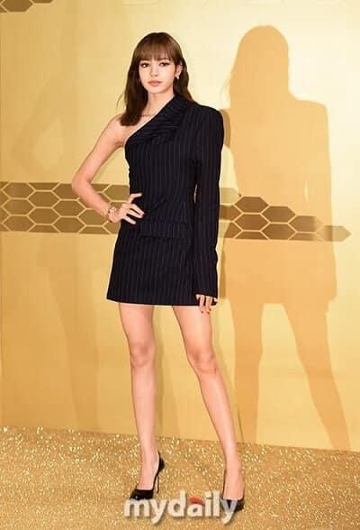 Lisa diện giày cao gót khoe đôi chân dài nuột nà.