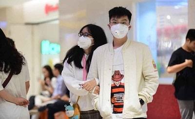 Người dân đến trung tâm thương mại ở TP.HCM đeo khẩu trang phòng dịch bệnh - Ảnh: Q.ĐỊNH