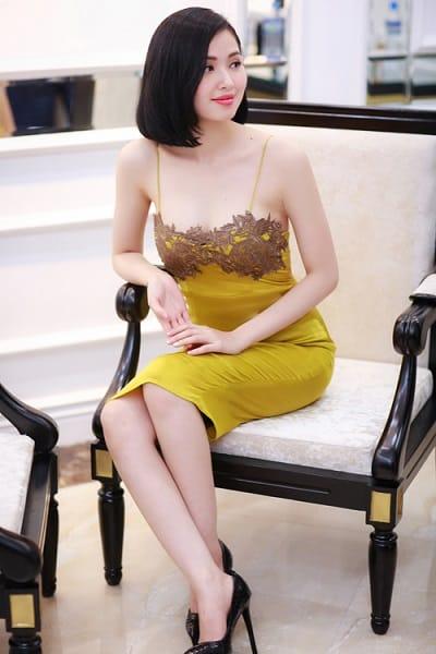 Trông dễ lầm tưởng bạn đang mặc váy ngủ ra đường nếu không tinh tế trong cách phối ren