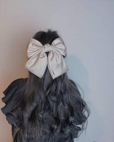 Buộc tóc nửa đầu với phụ kiện kẹp tóc hình nơ màu xám to bản