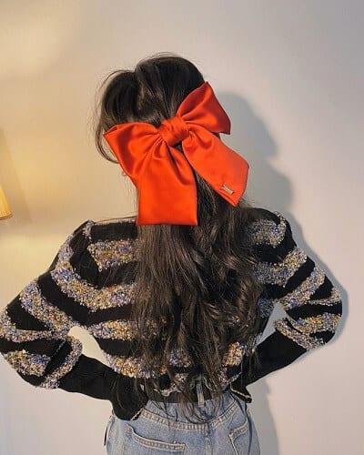 Buộc tóc nửa đầu với phụ kiện kẹp tóc hình nơ màu đỏ to bản