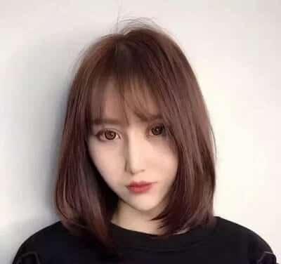 So với tóc dài, người có tóc mỏng nên chọn kiểu tóc ngắn ôm cổ hợpthời trangvà cũng giúp chủ nhân trở nên trẻ trung hơn.