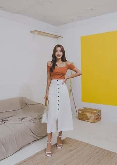 Chân váy midi trắng dáng dài đính nút